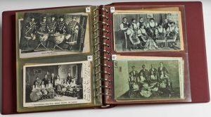 Blick in die Postkartensammlung zu Damenkapellen um 1900 © Archiv Frau und Musik