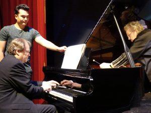 Prof. Siegrid Ernst am Klavier mit ihrem Sohn Prof. Rudolf Meister. Foto: © Regina Reiser