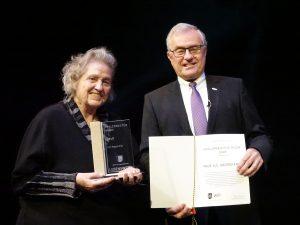 Prof. Siegrid Ernst mit Pfalz-Preis und Urkunde (mit Theo Wieder). Foto: © Regina Reiser